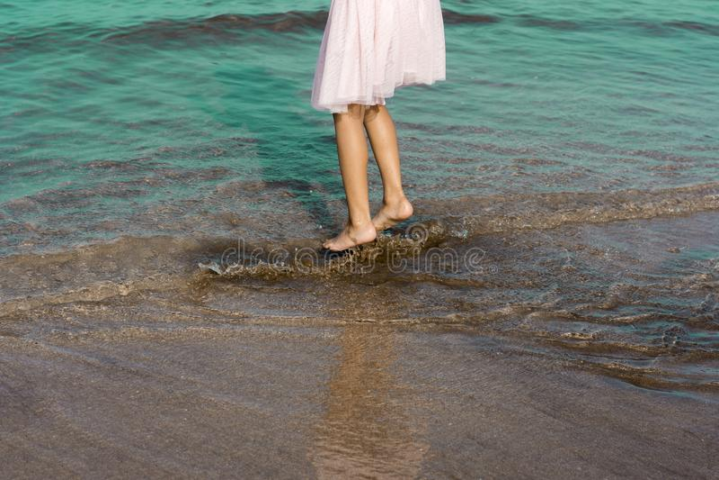 Χρόνος διασκέδασης ραντίσματος στο θαλάσσιο νερό στοκ εικόνα με δικαίωμα ελεύθερης χρήσης