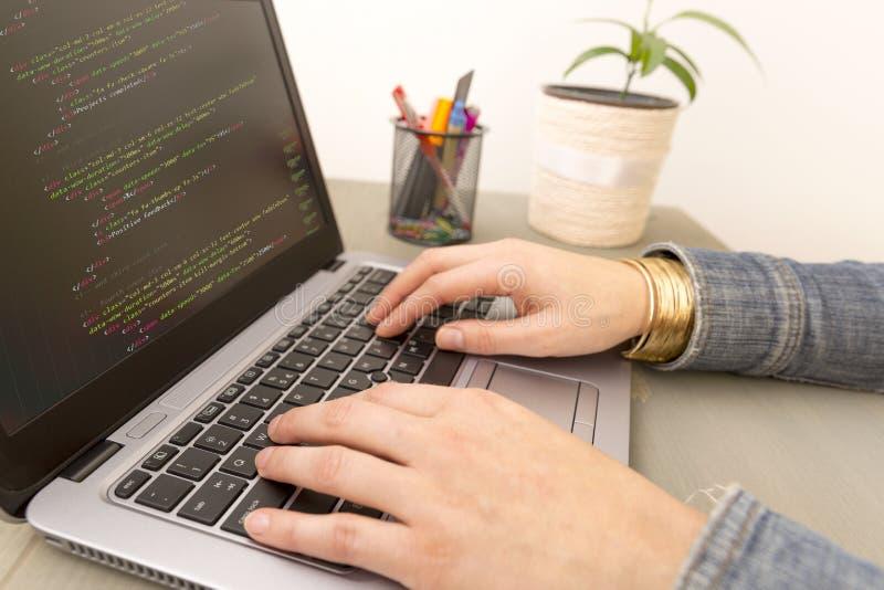 Χρόνος εργασίας προγραμματισμού Καινούργιες γραμμές δακτυλογράφησης προγραμματιστών του κώδικα HTML στοκ εικόνες με δικαίωμα ελεύθερης χρήσης