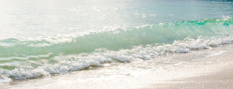 Χρόνος ηρεμίας, όμορφα ήπια κύματα στην αμμώδη παραλία το πρωί, τη μαλακή φυσαλίδα και την ακτινοβολία στην επιφάνεια στοκ φωτογραφία με δικαίωμα ελεύθερης χρήσης