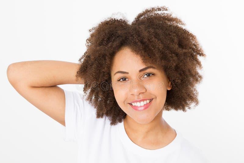 Χρόνος θερινής διασκέδασης Χαμογελώντας όμορφο κορίτσι αφροαμερικάνων με το σγουρό hairstyle afro που απομονώνεται στο άσπρο πρότ στοκ φωτογραφία
