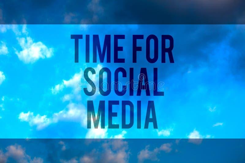 Χρόνος κειμένων γραφής για τα κοινωνικά μέσα Έννοια που σημαίνει τους νέους φίλους συνεδρίασης που συζητούν το πολλαπλών γραμμών  ελεύθερη απεικόνιση δικαιώματος