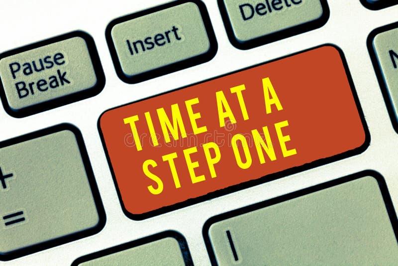 Χρόνος κειμένων γραφής σε ένα βήμα ένα Έννοια που σημαίνει αργά αλλά σίγουρα προσεκτικά βαθμιαία βήματα κύριων σημείων στοκ εικόνα