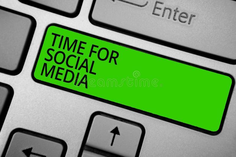 Χρόνος κειμένων γραψίματος λέξης για τα κοινωνικά μέσα Επιχειρησιακή έννοια για τη συνάντηση των νέων φίλων που συζητούν το πληκτ απεικόνιση αποθεμάτων