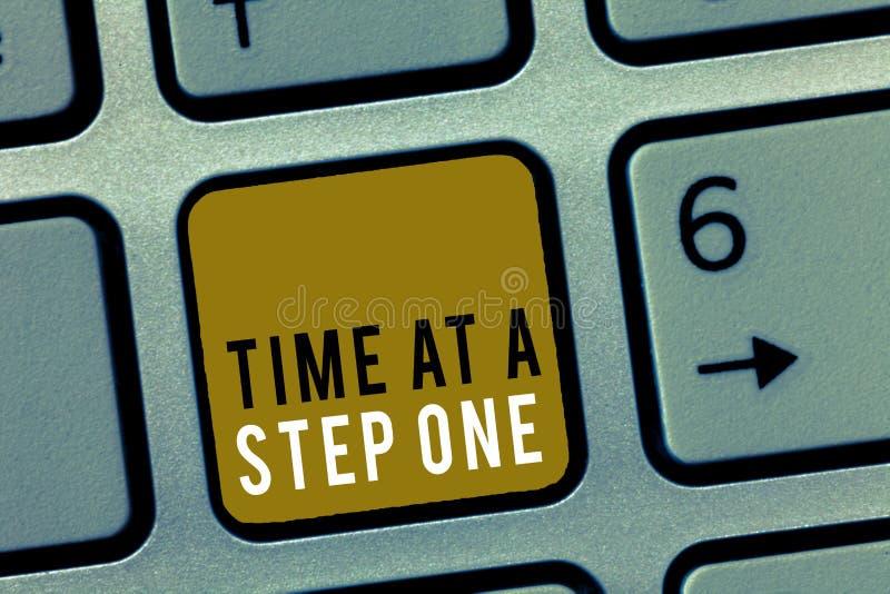 Χρόνος κειμένων γραψίματος λέξης σε ένα βήμα ένα Επιχειρησιακή έννοια για αργά αλλά σίγουρα προσεκτικά βαθμιαία βήματα κύριων σημ στοκ εικόνα