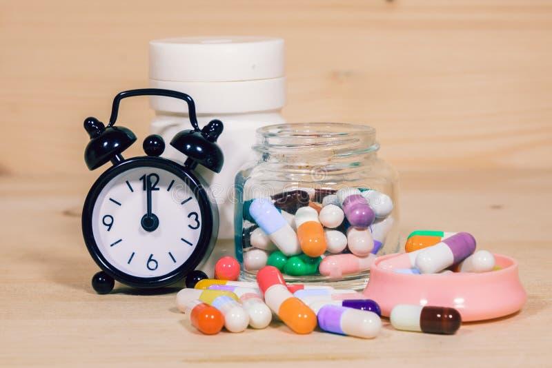 Χρόνος να ληφθεί το φάρμακο στοκ φωτογραφίες