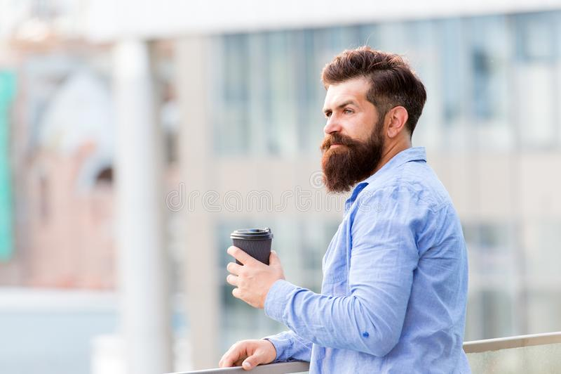 Χρόνος να ληφθεί το σπάσιμο u Το γενειοφόρο άτομο χαλαρώνει βάναυσο hipster με το φλυτζάνι καφέ ενεργειακή δαπάνη r στοκ εικόνες με δικαίωμα ελεύθερης χρήσης