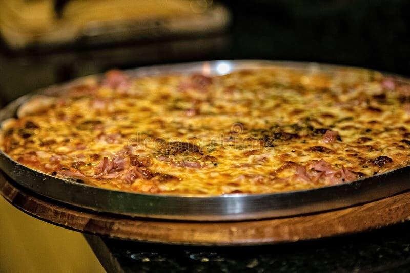 Χρόνος να μια juicy πίτσα στοκ φωτογραφίες