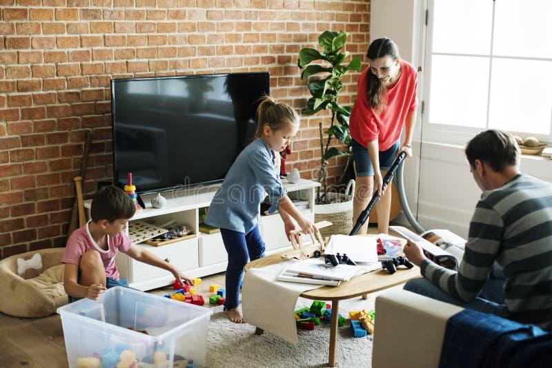 Χρόνος οικογενειακών εξόδων μαζί στο σπίτι στοκ φωτογραφία