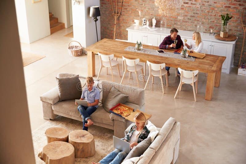 Χρόνος οικογενειακών εξόδων στο σπίτι στοκ εικόνα με δικαίωμα ελεύθερης χρήσης