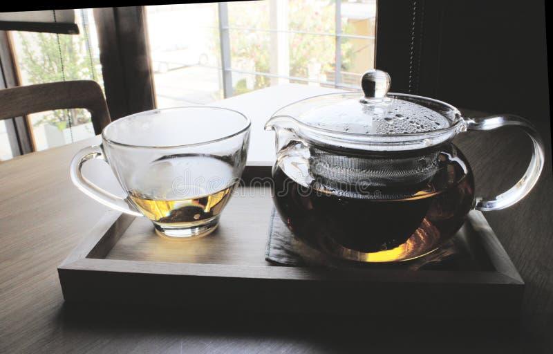 Χρόνος τσαγιού στο ξύλινο πιάτο στοκ εικόνα