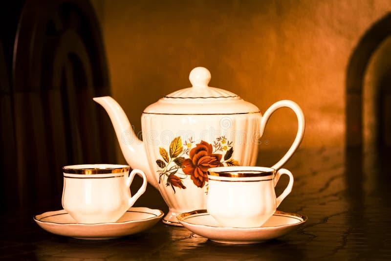 Χρόνος τσαγιού: Όμορφο teapot με δύο φλυτζάνια του τσαγιού στοκ φωτογραφία