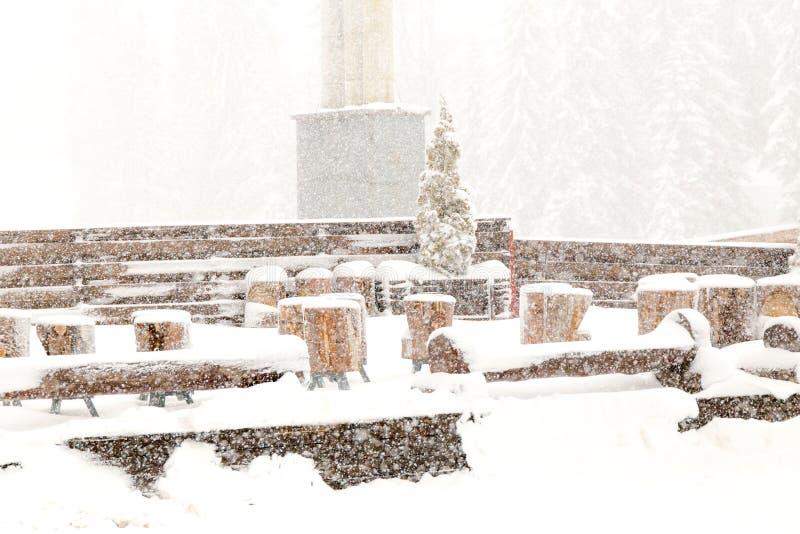 Χρόνος χιονιού, βουνό Jahorina, ξύλινοι πάγκοι στοκ φωτογραφία με δικαίωμα ελεύθερης χρήσης