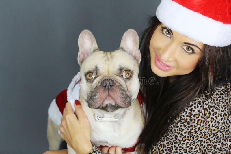 Χρόνος Χριστουγέννων - νέα γυναίκα με ένα γαλλικό μπουλντόγκ στοκ εικόνα με δικαίωμα ελεύθερης χρήσης