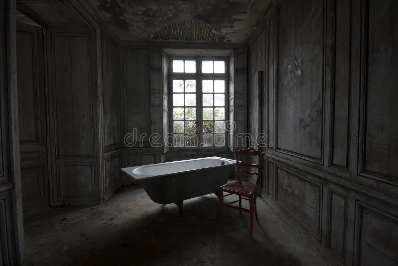 Χρόνος Bading σε ένα εγκαταλειμμένο σπίτι στοκ φωτογραφία με δικαίωμα ελεύθερης χρήσης