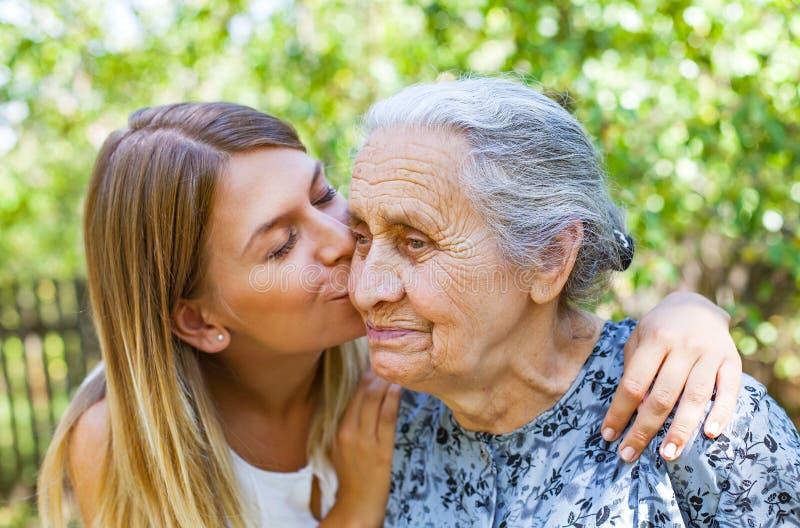 Χρόνος Familiy - φιλί στοκ εικόνες