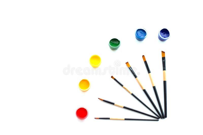 Χρώματα, βούρτσες και απομονωμένο υπόβαθρο στοκ εικόνες
