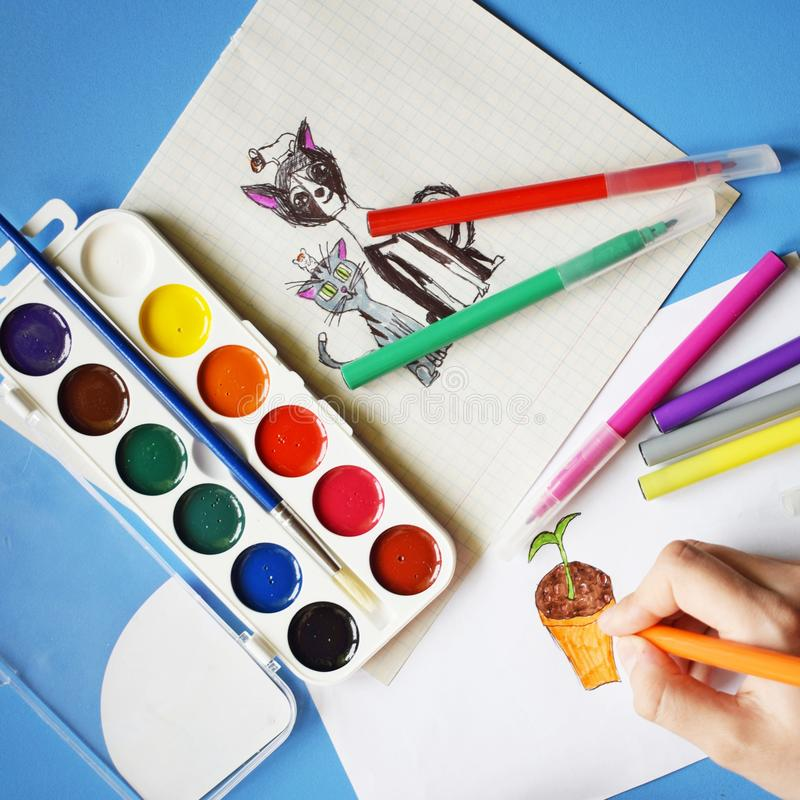 Χρώματα, δείκτες και σχέδια Watercolor στοκ εικόνα με δικαίωμα ελεύθερης χρήσης