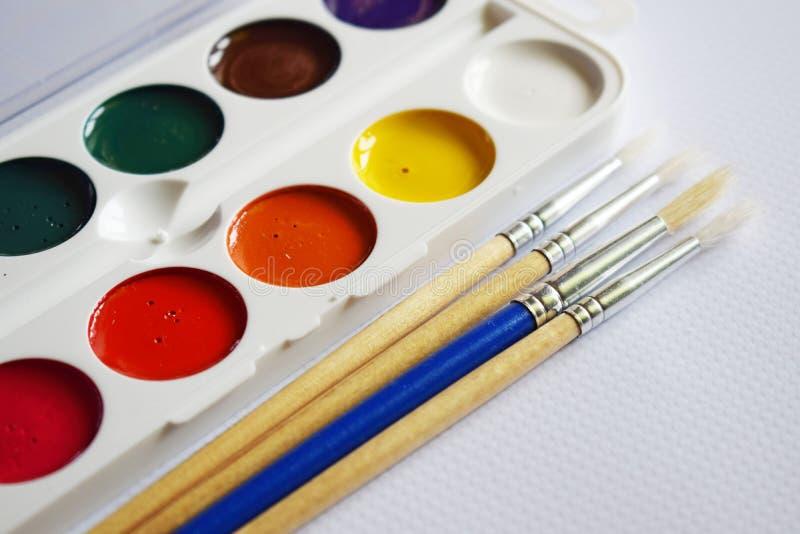 Χρώματα, δείκτες και σχέδια Watercolor στοκ φωτογραφία με δικαίωμα ελεύθερης χρήσης
