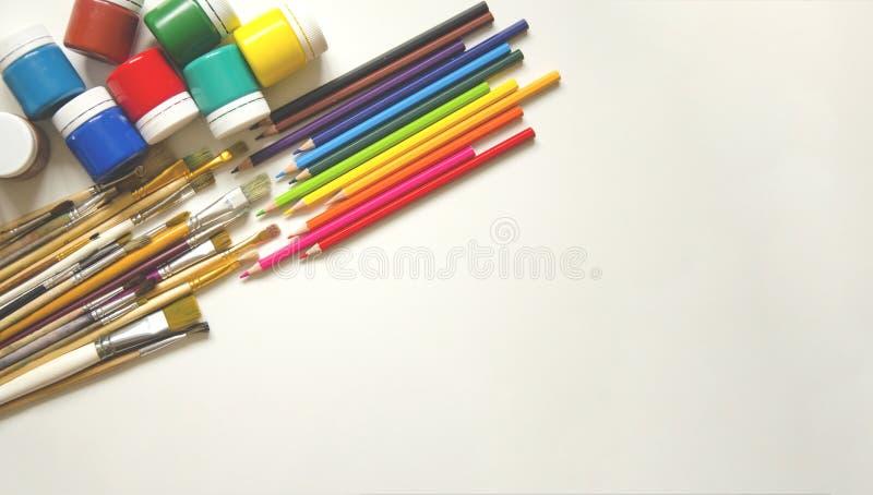 Χρώματα και βούρτσες, μολύβι r στοκ εικόνες