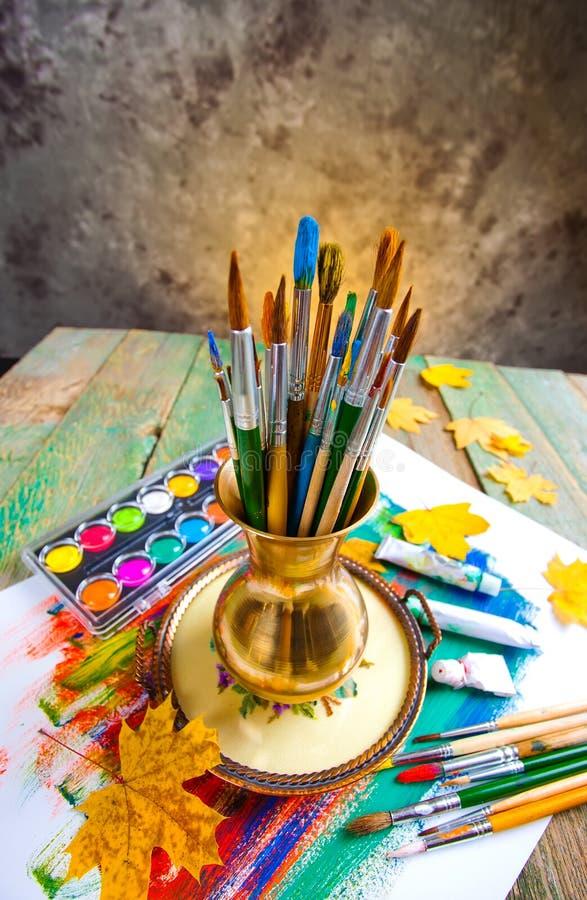 Download Χρώματα και βούρτσες στοκ εικόνα. εικόνα από δημιουργικότητα - 62722719