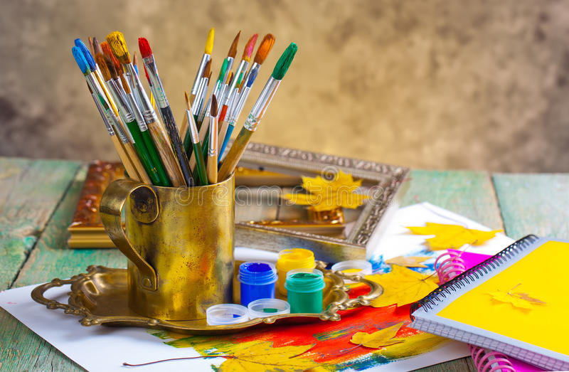 Download Χρώματα και βούρτσες στοκ εικόνες. εικόνα από οριοθετημένα - 62723622