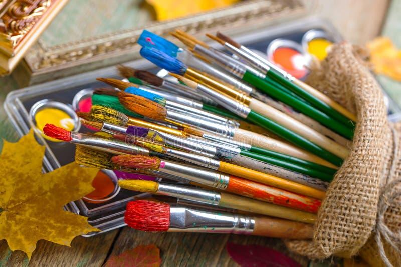 Download Χρώματα και βούρτσες στοκ εικόνες. εικόνα από εκπαίδευση - 62723852