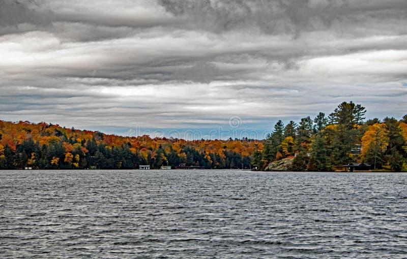Χρώματα πτώσεων και δυσοίωνα σύννεφα στη λίμνη Rosseau στοκ φωτογραφίες