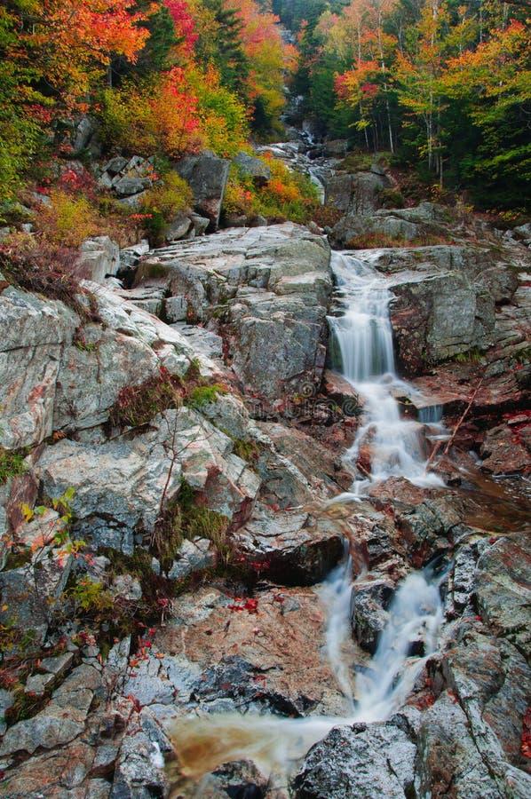 Χρώματα πτώσης στον καταρράκτη αγωγών ύδατος στοκ εικόνα