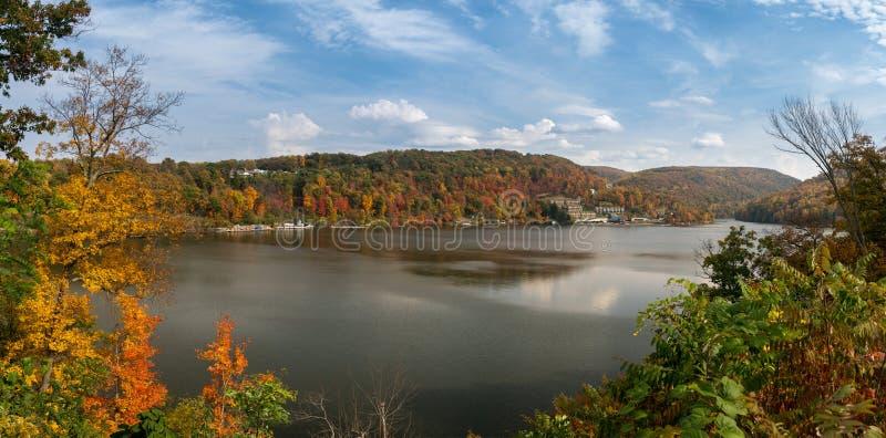 Χρώματα πτώσης Cheat στη λίμνη Morgantown στοκ εικόνες με δικαίωμα ελεύθερης χρήσης