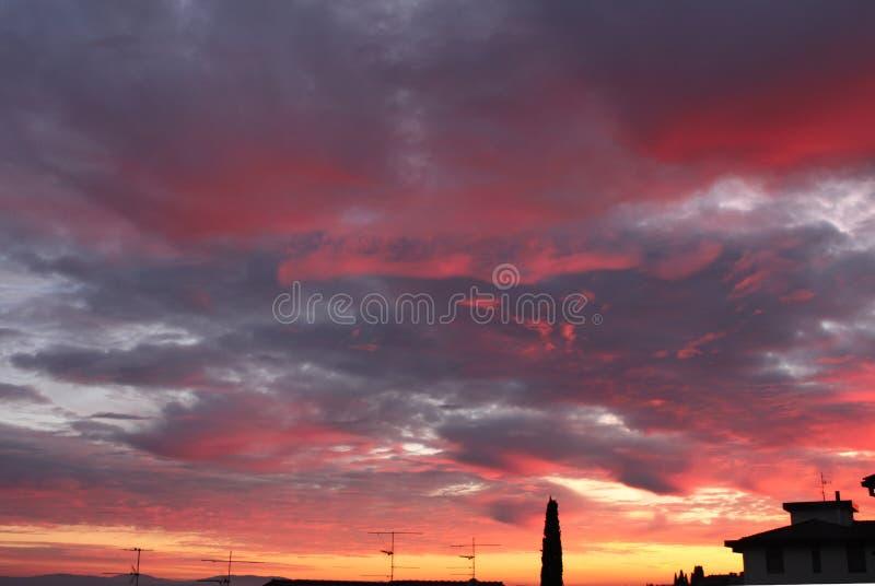 Χρώματα του ηλιοβασιλέματος στο νότο λόφων Chianti της Φλωρεντίας στην Τοσκάνη στοκ εικόνες