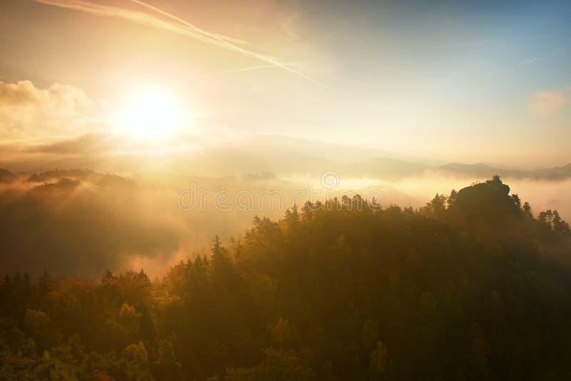 Χρώματα του ρομαντικού πρωινού φθινοπώρου Ξύλινη σπίτι ή καλύβα για τον οδοιπόρο στην πράσινη αιχμή του δασικού λόφου Φυσητήρας υ στοκ εικόνες με δικαίωμα ελεύθερης χρήσης