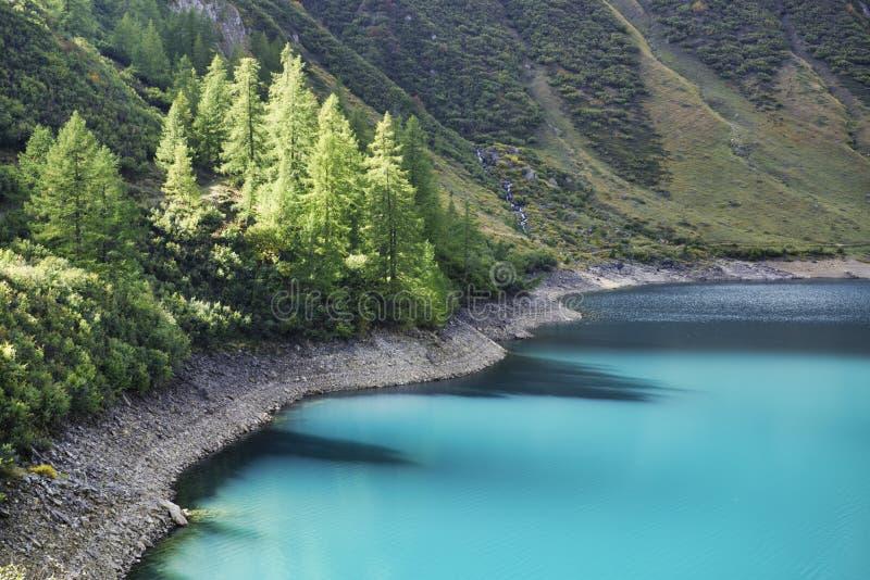 Χρώματα Brights στο νερό της λίμνης στοκ φωτογραφία