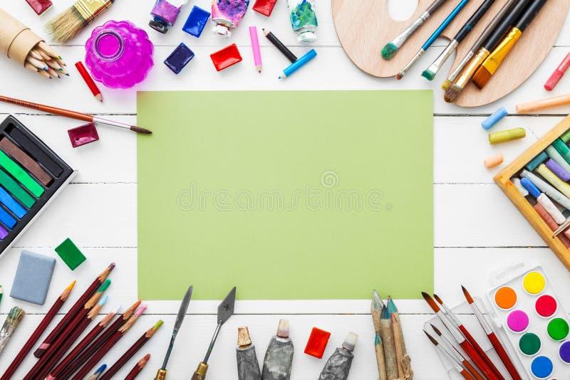 Χρώματα Watercolor, βούρτσες για τη ζωγραφική, μολύβια, κραγιόνι κρητιδογραφιών στοκ εικόνα με δικαίωμα ελεύθερης χρήσης