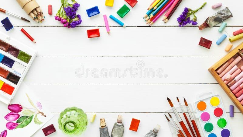 Χρώματα Watercolor, βούρτσες, μολύβια και κραγιόνι κρητιδογραφιών στοκ εικόνες