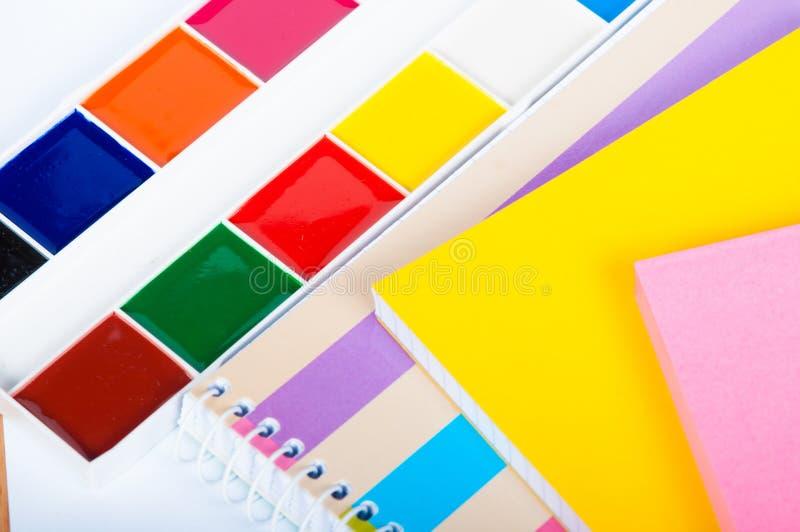 Χρώματα Watercolor, βούρτσες χρωμάτων, μολύβια χρώματος στο γραφείο στοκ φωτογραφία με δικαίωμα ελεύθερης χρήσης