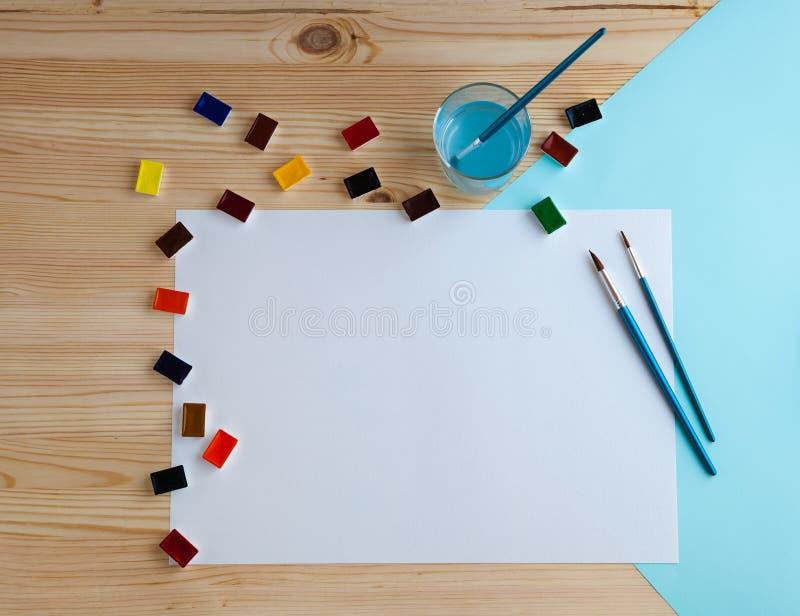 Χρώματα Watercolor και προμήθειες σχεδίων στοκ φωτογραφία