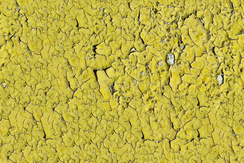 Χρώμα αποφλοίωσης στην άνευ ραφής σύσταση τοίχων Σχέδιο του αγροτικού κίτρινου υλικού grunge στοκ εικόνες