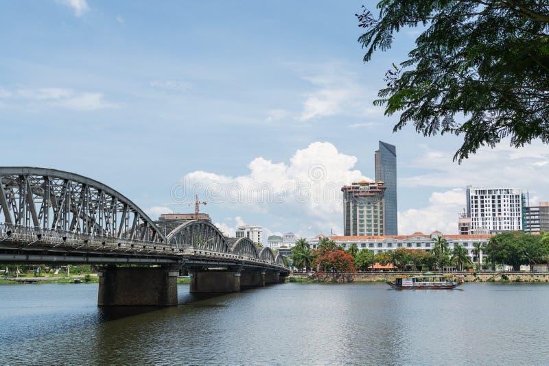 Χρώμα, Βιετνάμ - τον Ιούνιο του 2019: πανοραμική άποψη πέρα από το κέντρο πόλεων και τη γέφυρα σιδήρου πέρα από τον ποταμό αρώματ στοκ εικόνα με δικαίωμα ελεύθερης χρήσης