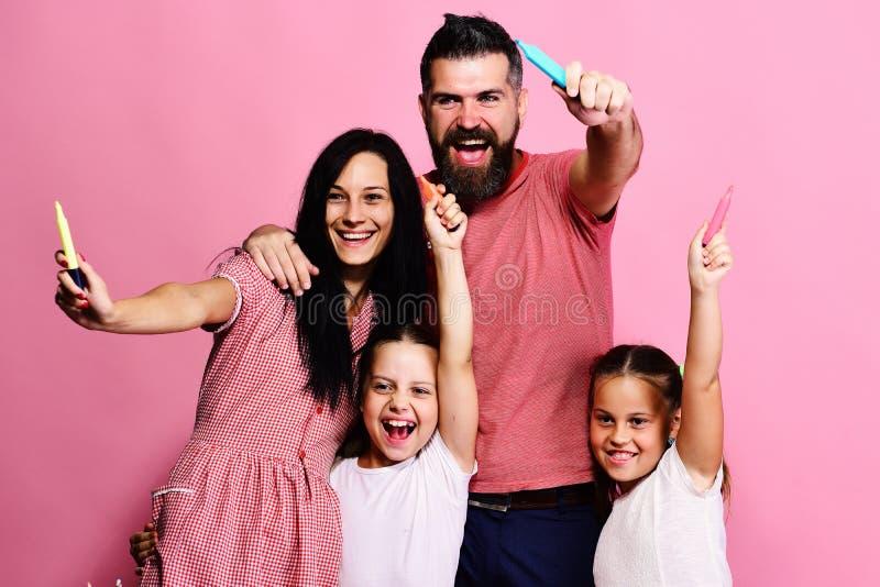 Χρώμα γονέων και παιδιών με τους δείκτες και το χαμόγελο στοκ εικόνα με δικαίωμα ελεύθερης χρήσης