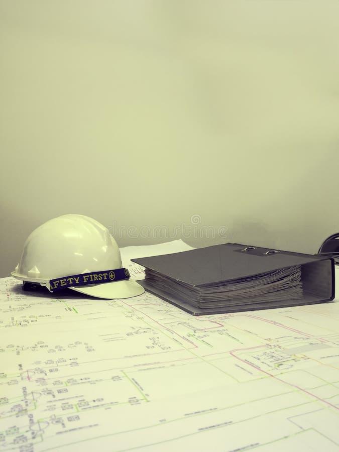 Χρώμα επίδρασης φίλτρων του βιομηχανικού σχεδιαγράμματος με το κράνος ασφάλειας στοκ φωτογραφία με δικαίωμα ελεύθερης χρήσης