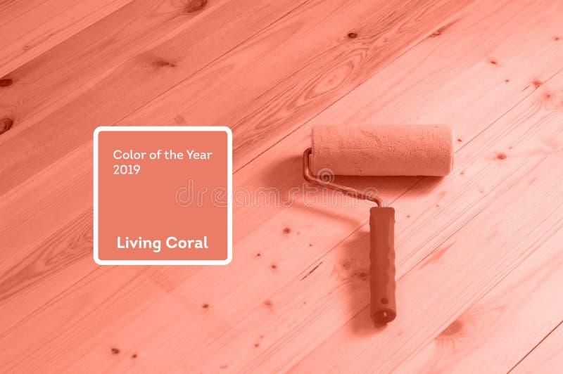 Χρώμα κοραλλιών διαβίωσης του έτους 2019 Κύλινδρος χρωμάτων με το κοράλλι στο καθιερώνον τη μόδα χρώμα στοκ φωτογραφίες