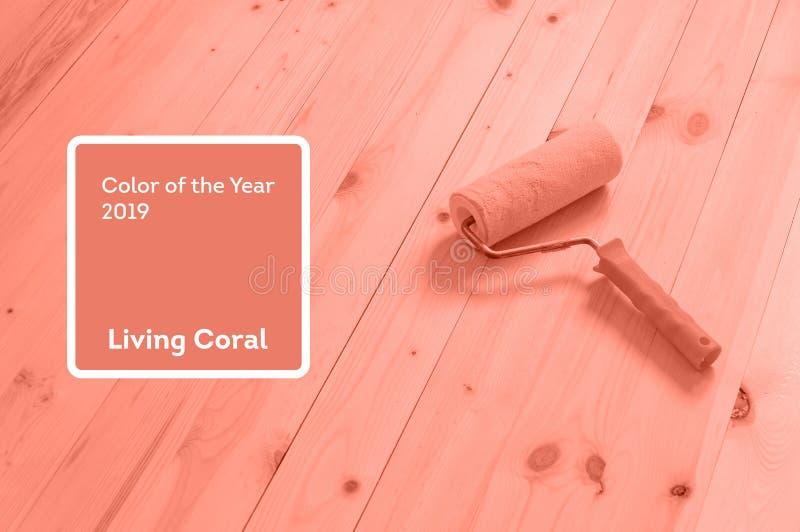 Χρώμα κοραλλιών διαβίωσης του έτους 2019 Κύλινδρος χρωμάτων με το κοράλλι στο καθιερώνον τη μόδα χρώμα στοκ εικόνες