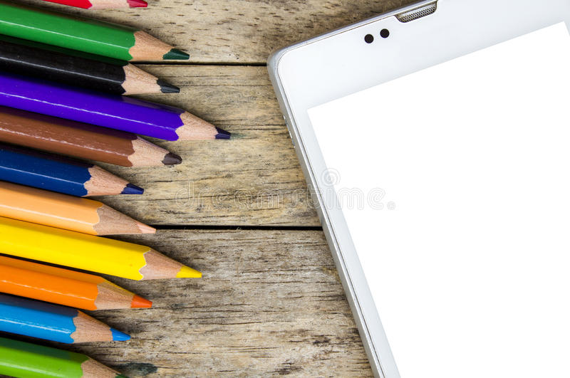 Χρώμα μολυβιών και έξυπνο τηλέφωνο στο ξύλινο υπόβαθρο, τοπ άποψη στοκ εικόνες με δικαίωμα ελεύθερης χρήσης