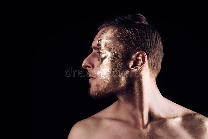 Χρώμα τέχνης σώματος με το χρυσό στο πρόσωπο του ατόμου το άτομο έχει τη χρυσή τέχνη σωμάτων Έννοια τέχνης σώματος τέχνη σωμάτων  στοκ εικόνες