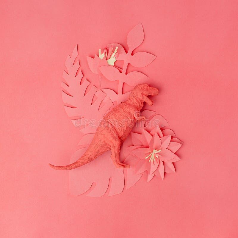 Χρώμα της έννοιας κοραλλιών διαβίωσης έτους 2019 Παιχνίδι δεινοσαύρων Tirannosaur και λουλούδια και κλάδοι origami papercraft στο στοκ φωτογραφίες