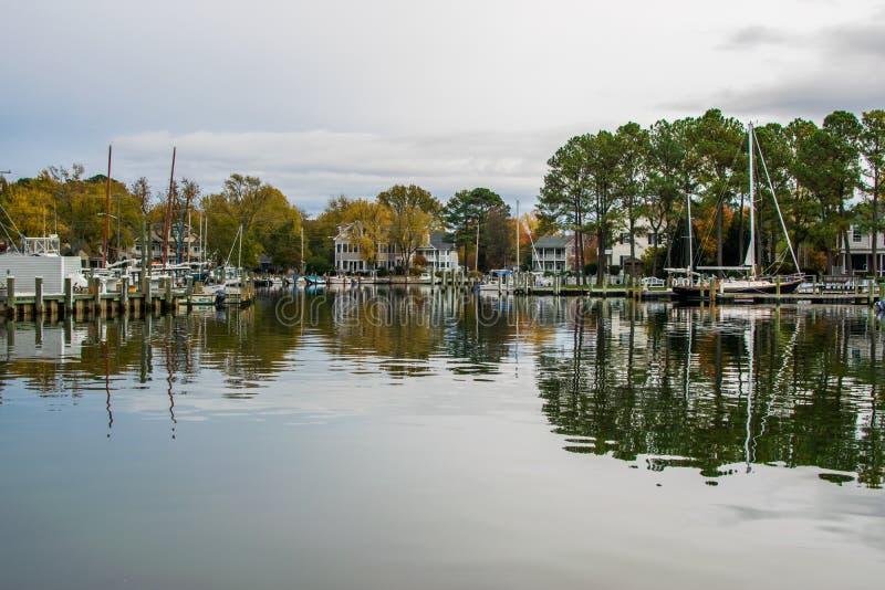 Χρώμα φθινοπώρου η ακτή και το λιμάνι κόλπων Chesapeake στο ST Michaels στοκ εικόνες
