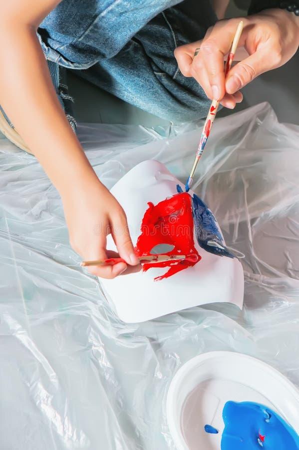 Χρώμα χεριών από τις βούρτσες στοκ εικόνα με δικαίωμα ελεύθερης χρήσης