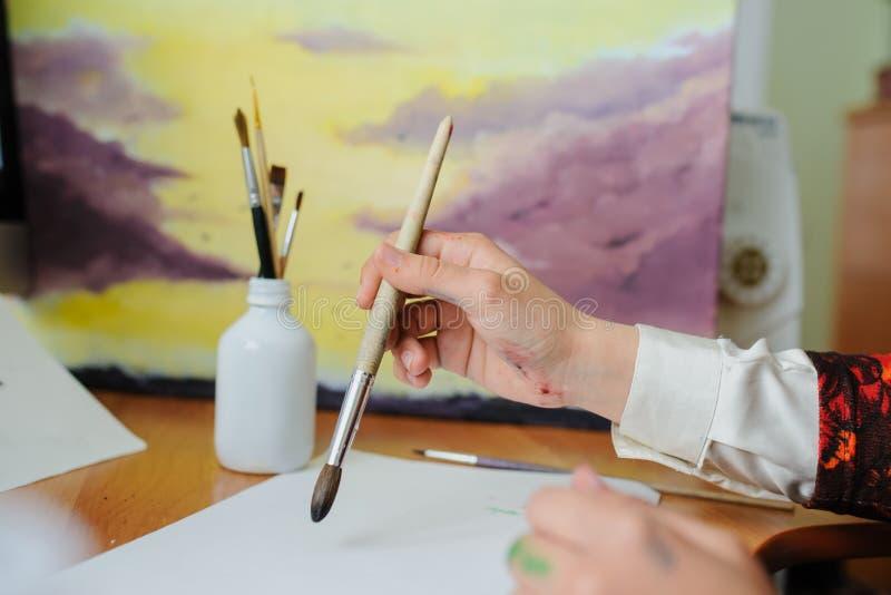 Χρώμα χεριών με τη βούρτσα στοκ εικόνες