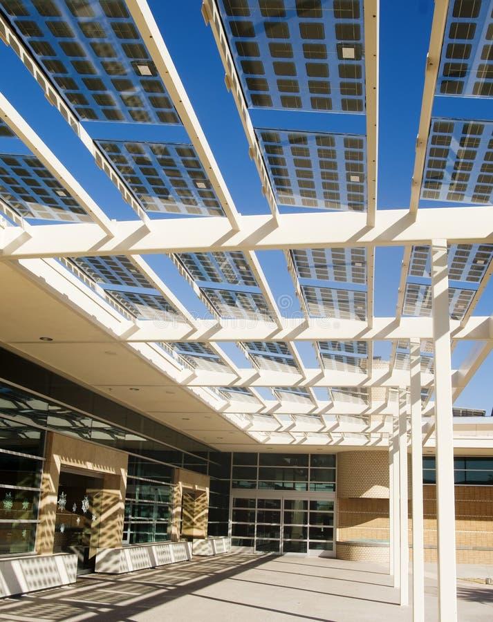 χτίζοντας ενεργειακή ηλιακή χρησιμοποίηση κυττάρων στοκ φωτογραφία με δικαίωμα ελεύθερης χρήσης