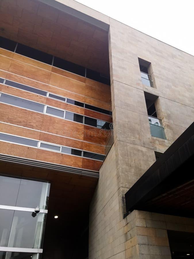 Χτίζοντας με την όμορφη καφετιά πρόσοψη, τα παράθυρα γυαλιού και το σύγχρονο ύφος στοκ εικόνα με δικαίωμα ελεύθερης χρήσης